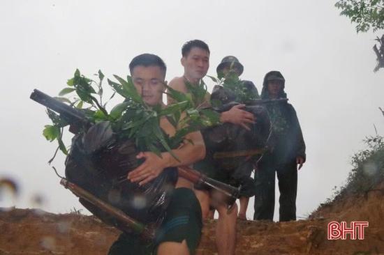 越军赤膊在冰冷河水中武装泅渡 手持中国造武器
