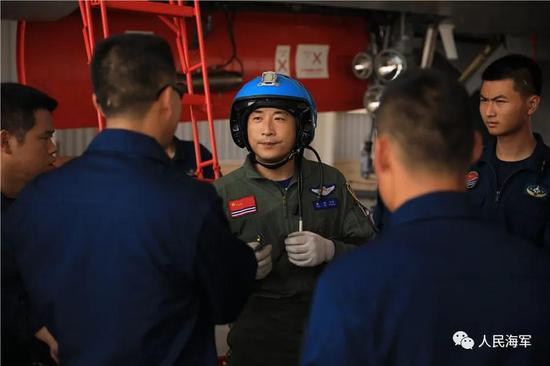 ▲训练结束后,袁伟走下战机与机务人员交流