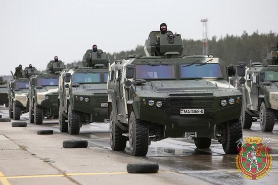 成功打入欧洲市场!该国阅兵出现两种中国战车(图)