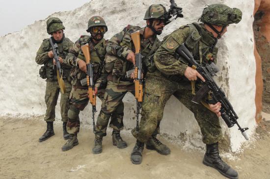 参与俄印说相符军演的两国士兵