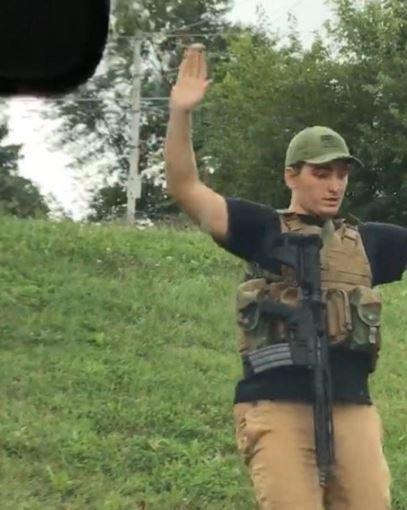 美国男子持枪逛超市 警方:他运气真好还能活着被捕