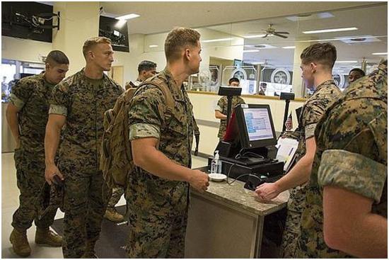 图2 陆战队员正在刷饭卡