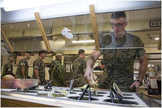 图1 岩国基地陆战队员正在用餐