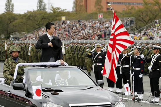 日本首相安倍晋三检阅日本自卫队。 日本共同社图