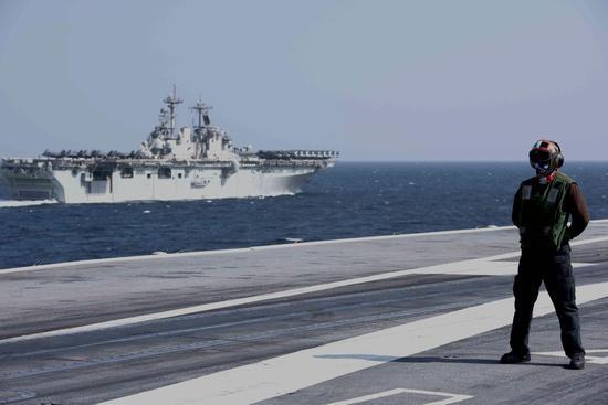 """12月14日,埃塞克斯""""号两栖抨击舰与""""斯坦尼斯""""号航母在阿拉伯海实习。"""