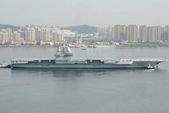 中国003航母舰体逐渐成型 舾装码头也已就位