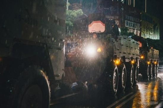 溪水暴涨致台湾云豹装甲车熄火卡在溪床 4官兵受困