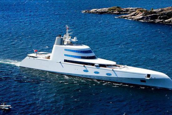 """图为安德烈-梅尔维琴科的超级游艇""""A"""",行使了外倾舰艏等先辈技术。"""