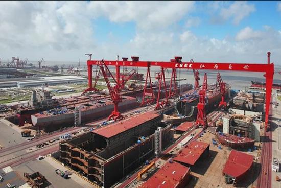 [中国社交媒体上流传的所谓002型航母分段的照片(该图坞内在建的实际是民船,编者注)]