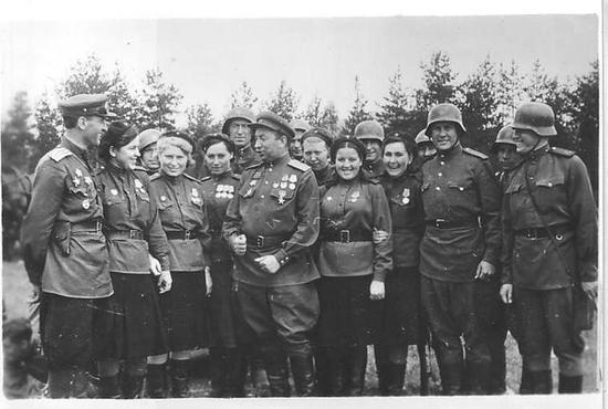 军官接见一线功勋医护兵和突击队员,注意缴获的德制钢盔