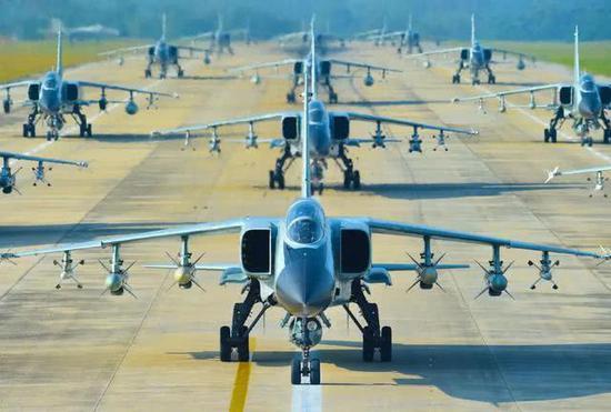 图为歼轰-7A战斗轰炸机