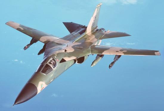 F111A战斗机是世界上第一款变后掠翼战斗机,但是苏24紧随其后,翻车了