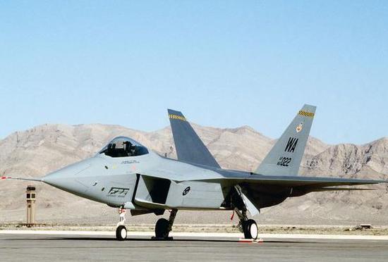 图为90年代对外公开展现的YF-22原型机,可谓一鸣惊人。