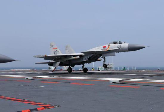 歼-15舰载机着舰