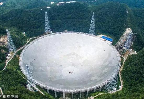 ▲位于贵州黔南州的500米口径球面射电望远镜