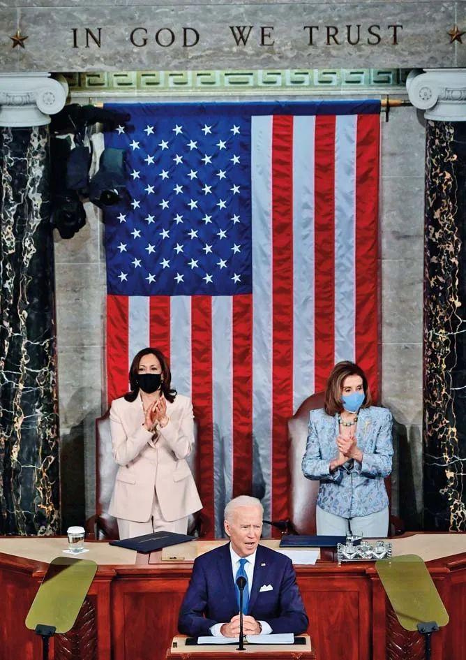 4月28日,美国总统拜登(中)在国会发表演讲