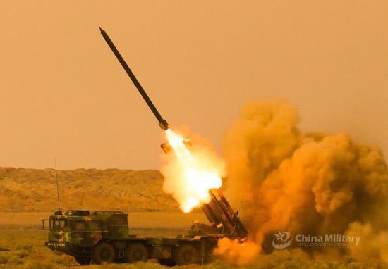 国产300毫米火箭弹是中国陆军最强的杀手锏,射程高达150公里,精度达到米级