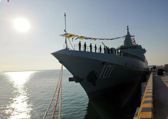 中国首艘万吨大驱正式服役 海军055型南昌舰青岛入列