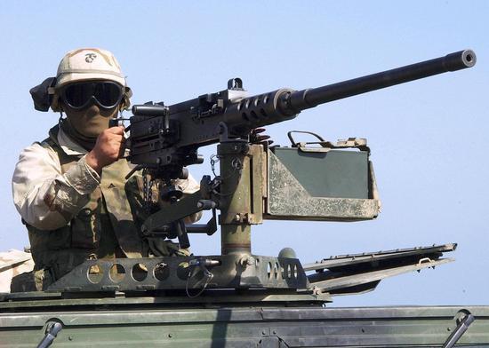 美军士兵架起车载M2HB重机枪警戒。