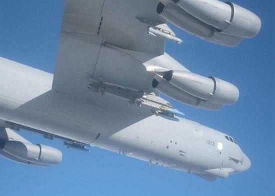 B-52机翼下疑似挂载炸弹。(视频截图)