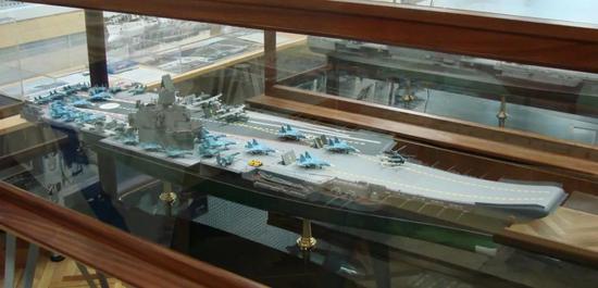 """△""""涅瓦""""设计局最新展出的""""海牛""""航母(上图)与其展厅中的11437航母对比"""