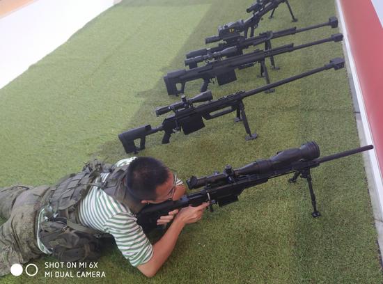 小编在场地使用该型狙击枪尝试瞄准