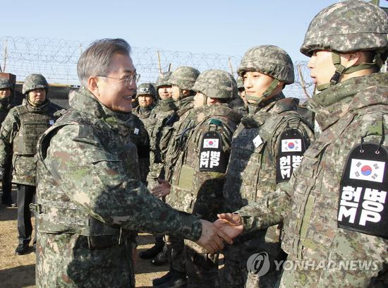文在寅视察哨所,与官兵握手。(韩联社)