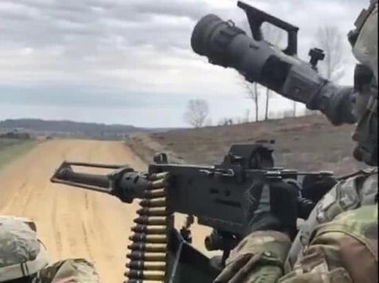 随着M2重机枪开火节奏起飞的热成像瞄具。
