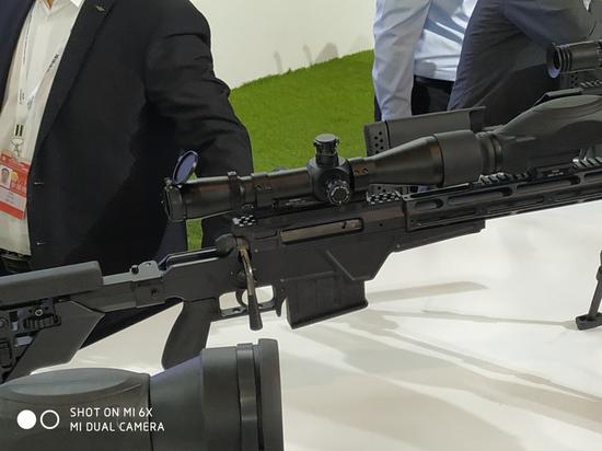 瞄准镜与串联的微光瞄准镜特写