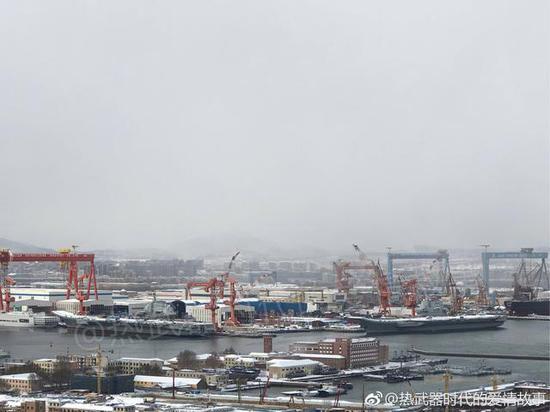 两艘中国航母同框雪景