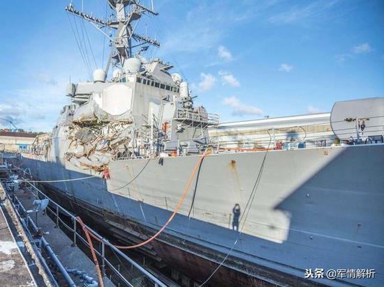 撞击之后开回港口的伯克级驱逐舰