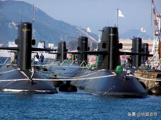 密密麻麻的日本潜艇