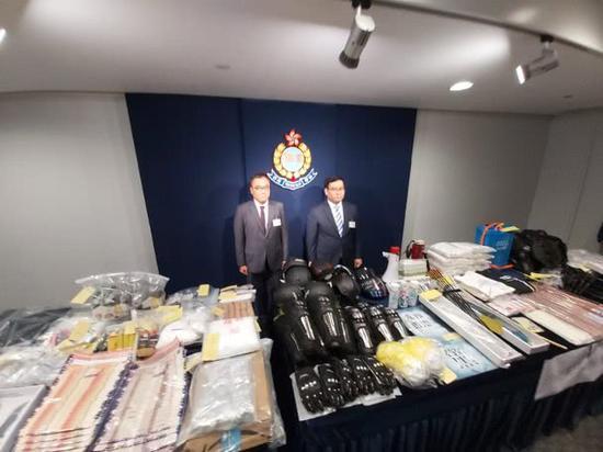 香港警方公布查获的各式武器、护甲等 图自港媒