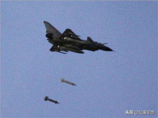 歼10A发射2枚500公斤级激光制导炸弹