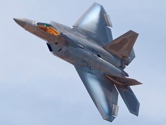 F-22非常不容易对付,隐身和高度敏捷性是两大护身符