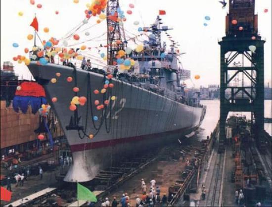 导弹驱逐舰哈尔滨舰_中国驱逐舰下水没装球鼻艏被吐槽落后 这张照片打脸|驱逐舰 ...