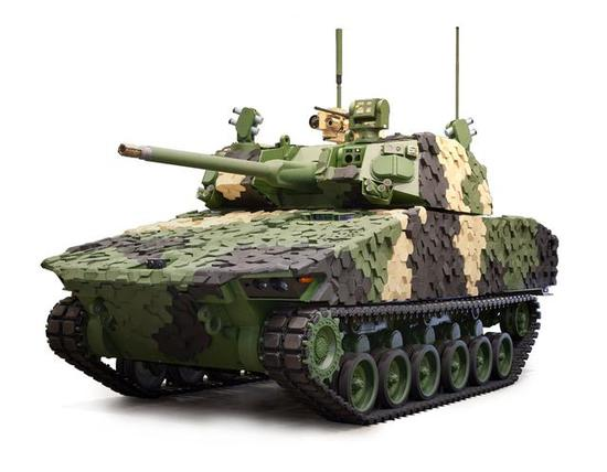 """▲操纵""""大毒蛇""""3型35/50双口径自动炮的格里芬战车"""