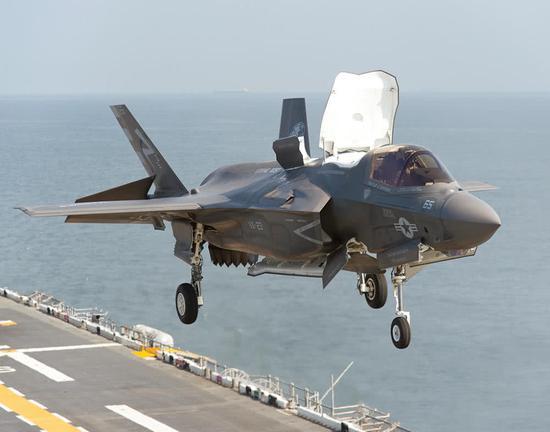 原料图片:美海军陆战队F-35B隐身战机垂直着舰。