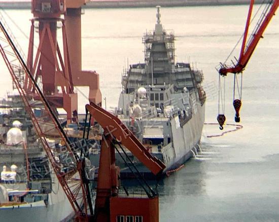 第8艘055大驱正在船台搭建模块 第2批次分段疑现身
