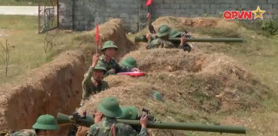 图为越南陆军操纵的SPG-9T2无后坐力炮。