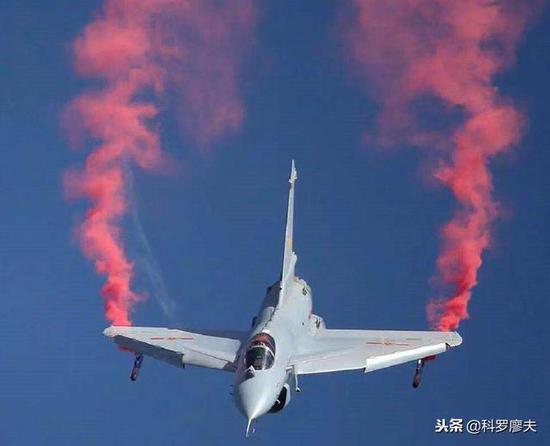 歼10B表演超机动但提速却比苏35慢很多 暴露一个缺陷