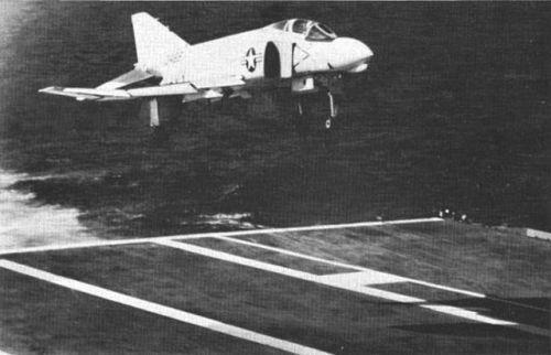 ▲ 自动着舰系统的应用自然也是美国领先,上世纪70年代就开始运用了