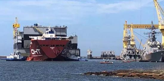 """3月29日,撞船前,正在靠近码头的""""鹰""""号 图源:密西西比当地电台WLOX"""