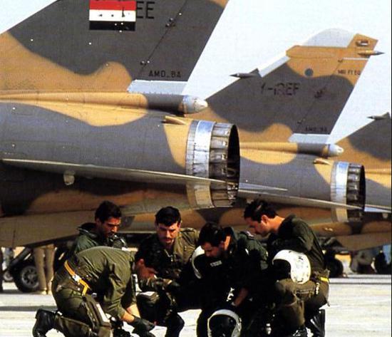 图为批准法国教官培训的伊拉克空军飞走员,遥远为伊拉克幻影F.1战斗机。