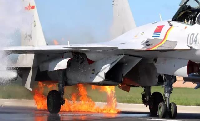 ▲摄影师拍下歼-15战机着陆后的画面