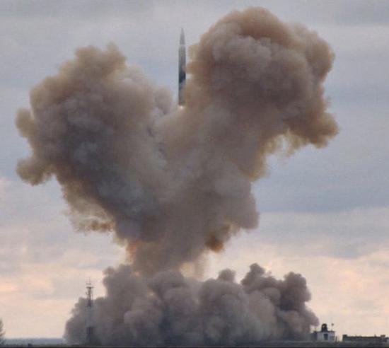 """俄军""""前卫""""拙劣音速导弹发射现场"""