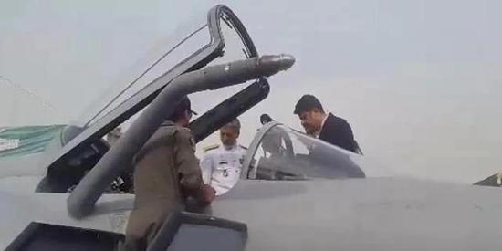 疑似伊朗军官正在参不悦目枭龙座舱