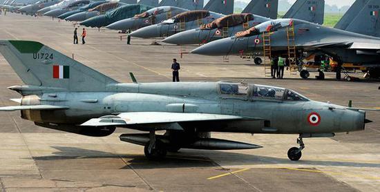 图为印度空军的米格-21战斗教练机(近)和苏-30MKI战斗机群(远)。
