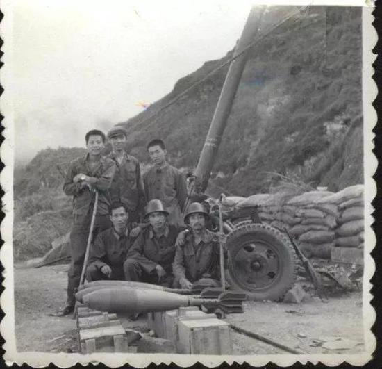 ▲56式重型迫击炮,着重其硕大无比的炮弹