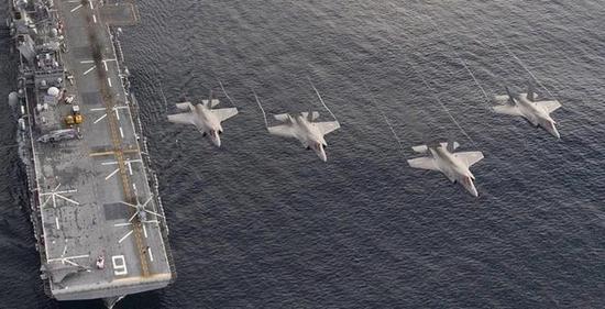 """图为列队飞过""""美国""""号两栖攻击舰的F-35B垂直起降战斗机"""